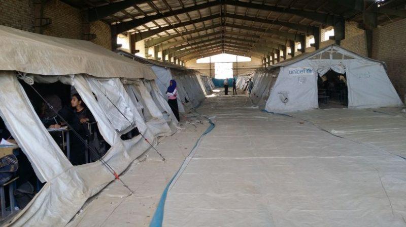 Die Schule neben dem Lager.