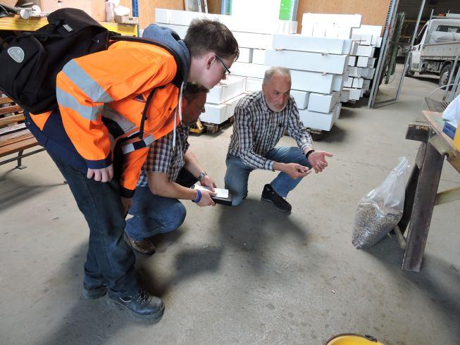Herr Jauch gibt Infos über die Wiesenmischung.