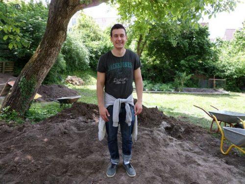 ……Der Student aus Belgrad gönnt sich eine Flucht aus dem Alltag mit dem Wirtschafts- und Finanzstudium. Er ist stolz darauf einen Kinderspielplatz zu bauen und beim Reisen Einblicke in fremde Kulturen zu gewinnen.