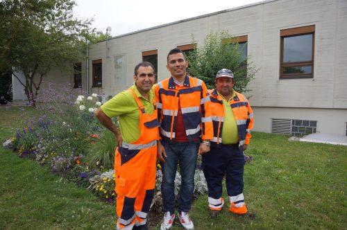 Eingerahmt von seinen Kollegen Arpatz (li) und Celik (re) Praktikant Derin Kerim