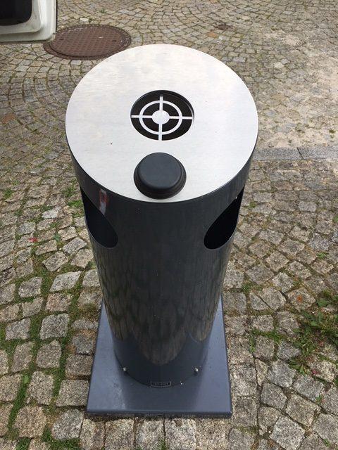 Was aussieht wie ein Knopf zum Drücken, ist die Antenne des Sensors.