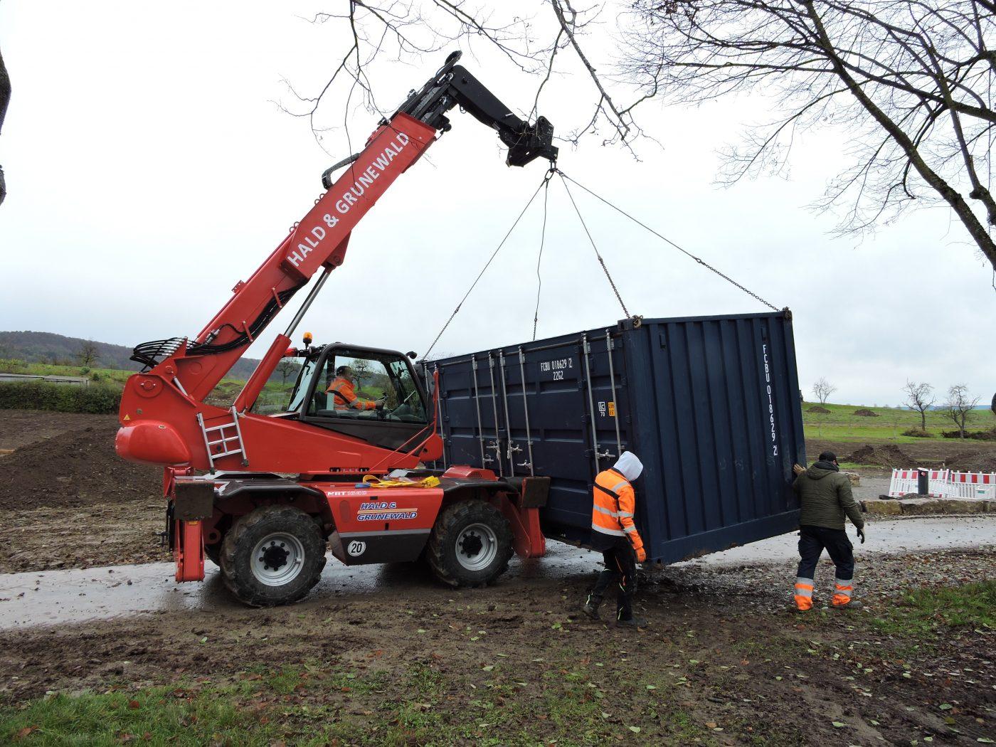 Versetzung der Container auf ihre Fundamente